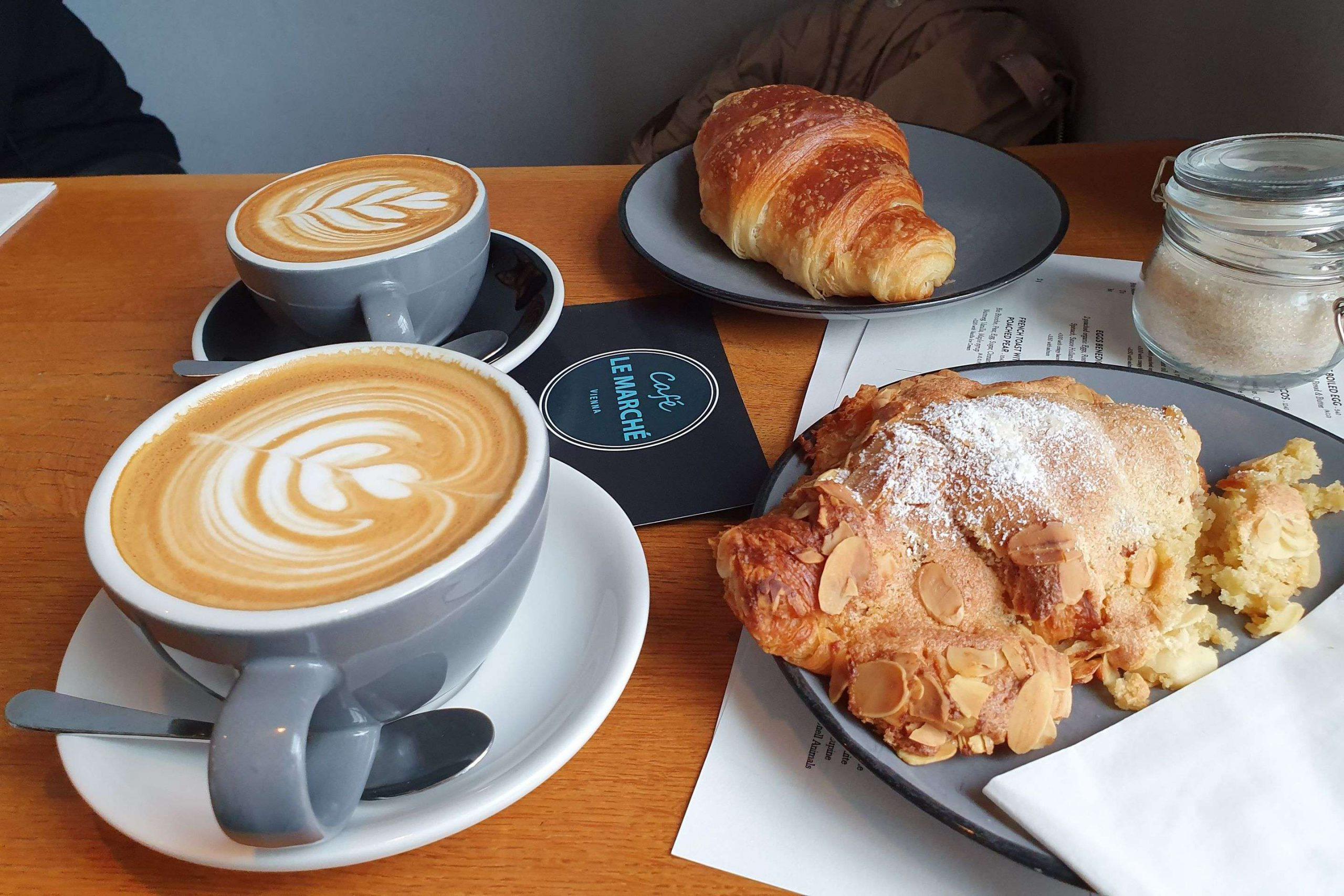 Cappuccino und Mandel Croissant Café le Marche
