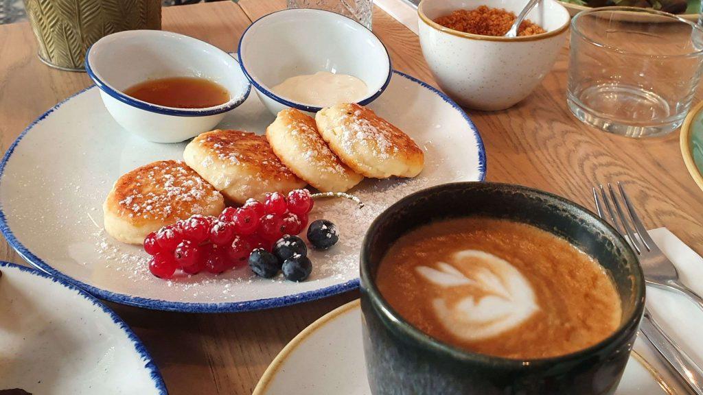 Syrniki und Kaffee
